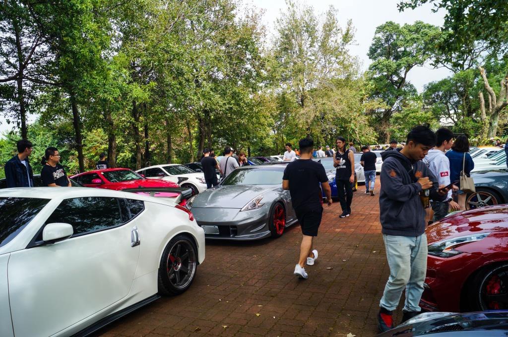 車友間互相研究彼此的愛車。 記者趙駿宏/攝影