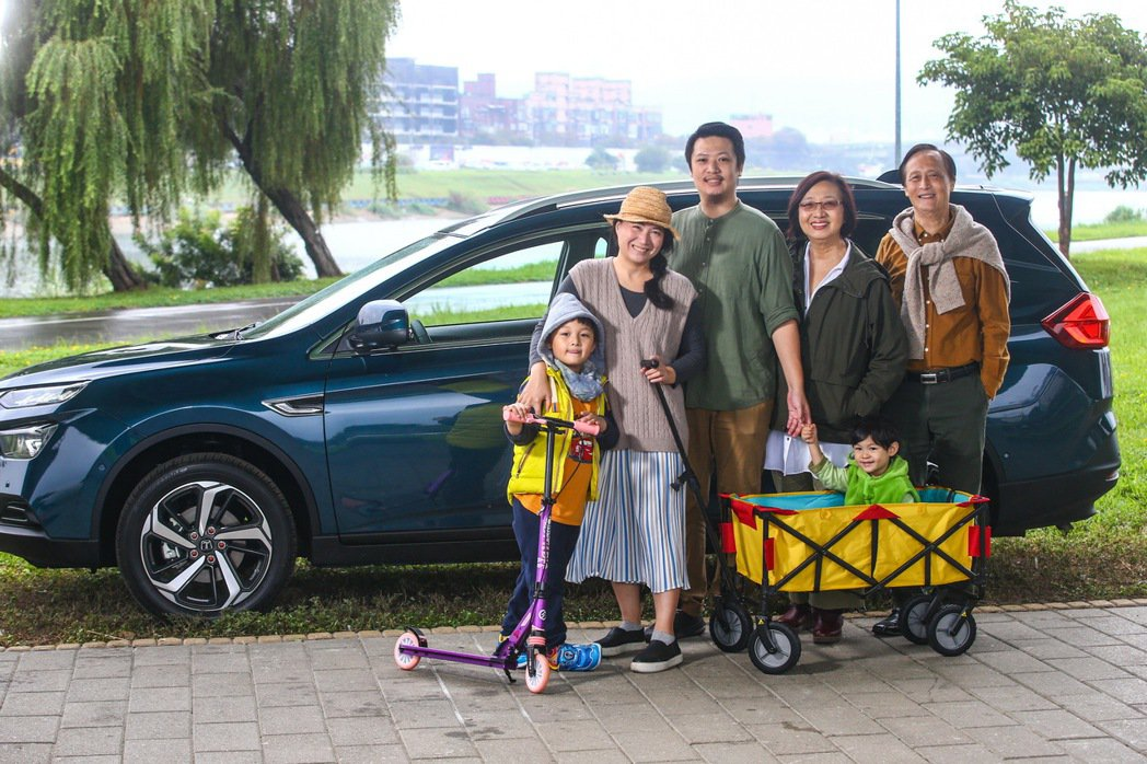 Sean與父母、老婆及兩個寶貝兒子一起來體驗LUXGEN URX 7人座樂活款。...