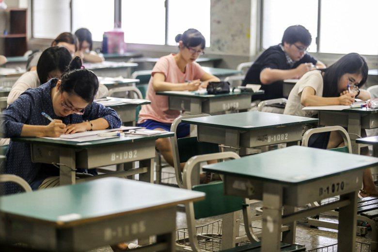 鐵打的衙門流水的官之中,以年輕、資淺者為甚,考試院想出來的解決方法是:你上榜,綁上你。 圖/聯合報系資料照