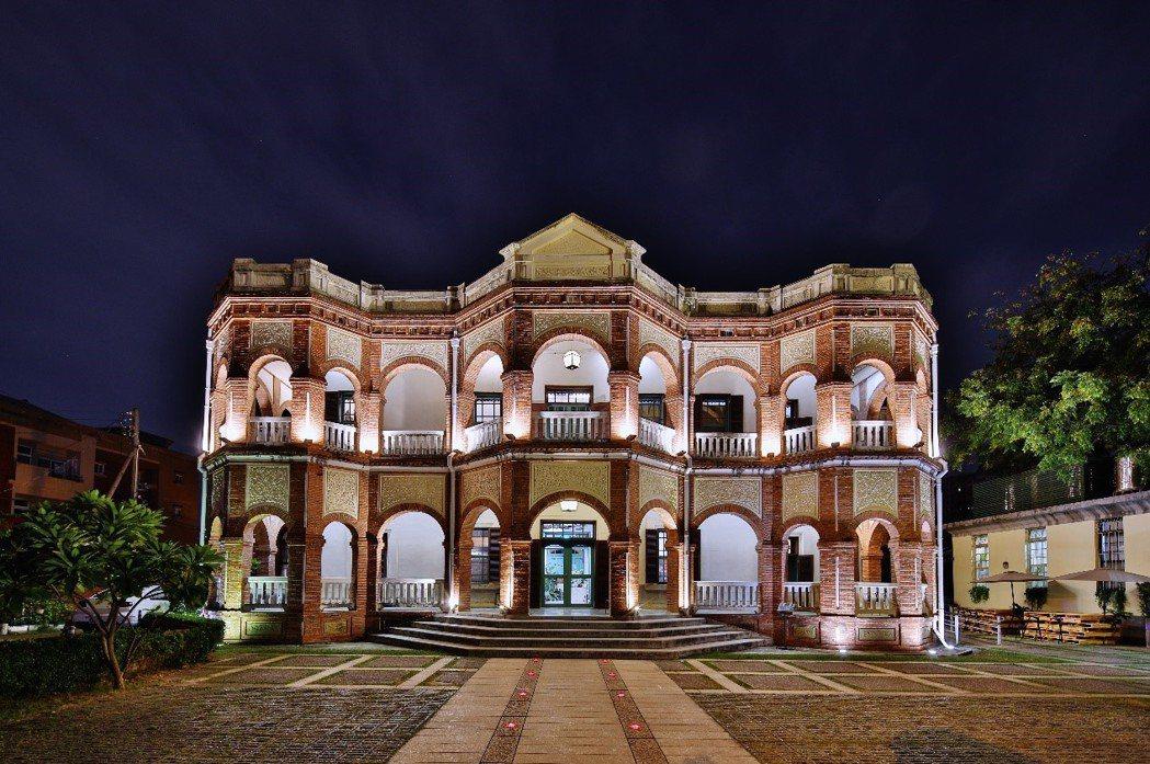 最浪漫的古蹟知事官邸外觀-夜景。知事官邸生活館/提供