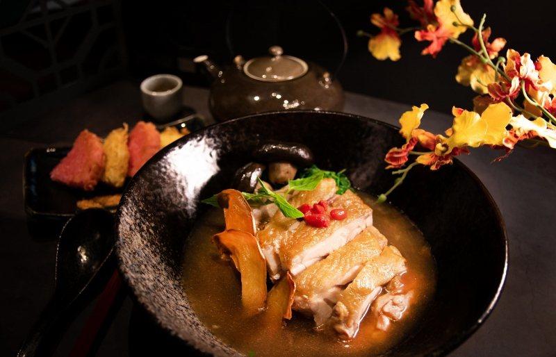 北投麗禧的「麻油雞麵線」,選用肉質軟嫩的仿土雞,配上以雞皮、雞骨輪熬煮的湯頭,湯...