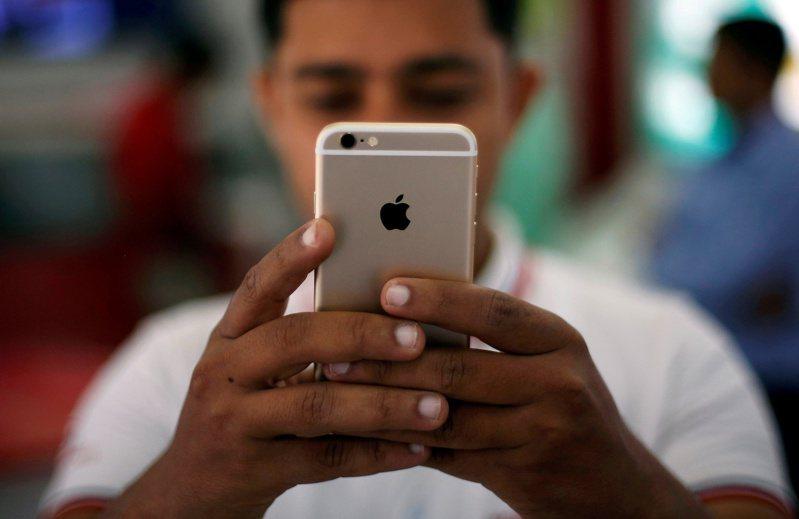 新冠肺炎疫情期間,全球智慧型手機製造商承諾在印度投資約新台幣4300億元。 路透社