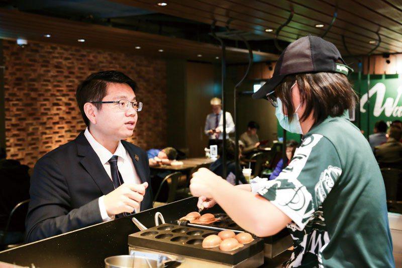 麥味登在門市賣起不同口味的雞蛋糕,讓台灣傳統古早味玩出新火花。