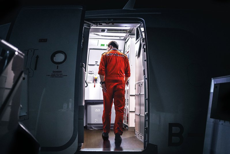 透過1月及12月份首尾呼應,星宇航空2021桌曆,選擇董事長張國煒親自從德國漢堡接回星宇首架A321neo時身影。圖/星宇航空提供