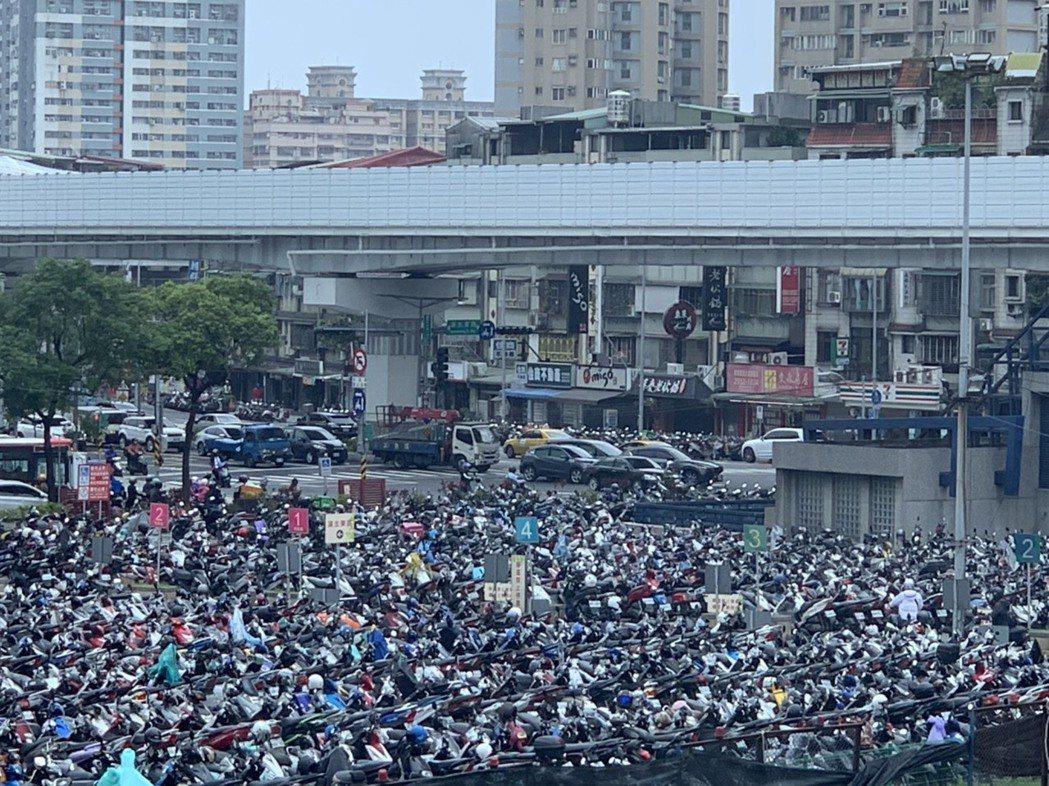 板橋火車站旁特專三機車停車場每到耶誕城期間,經常爆滿。圖/新北交通局提供
