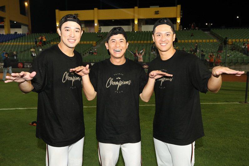 統一獅「外野三帥」林安可(左起)、陳傑憲與蘇智傑。中央社