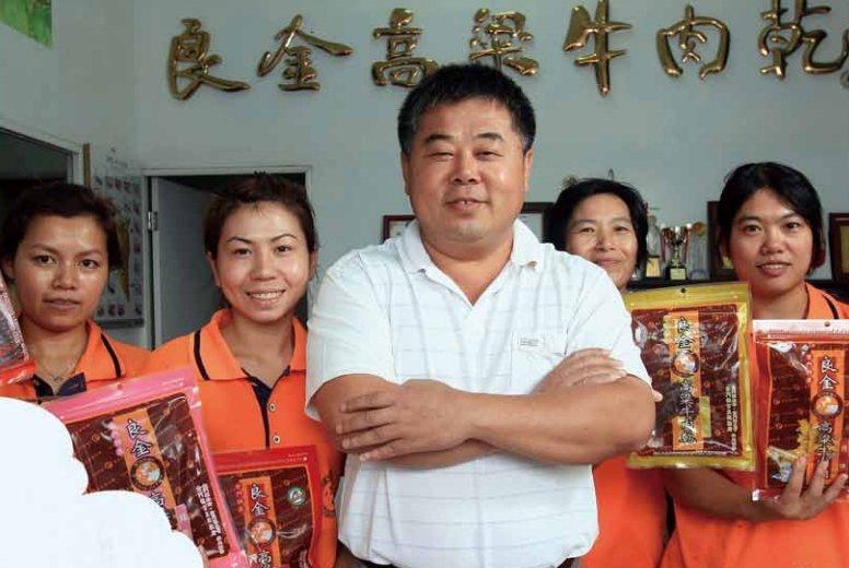 經營超過30年的良金牧場,近日傳出經營權易主,良金前總經理薛承琛(中),已經完全退出公司。圖/薛承琛提供