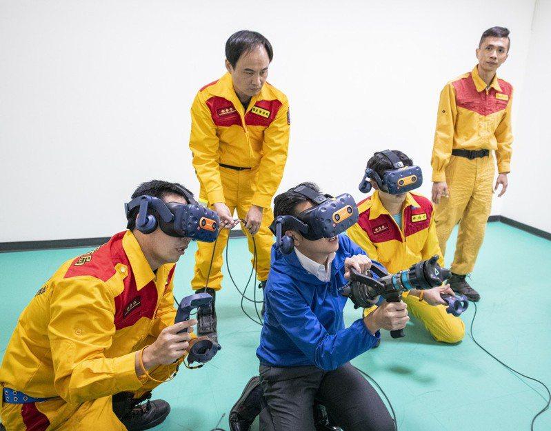 林智堅穿戴MR訓練設施體驗模擬火場救援訓練。圖/新竹市政府提供