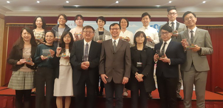 衛生福利部今頒獎給安寧意願註記件數達一定門檻的各級醫院。左四起為台灣安寧照顧協會...