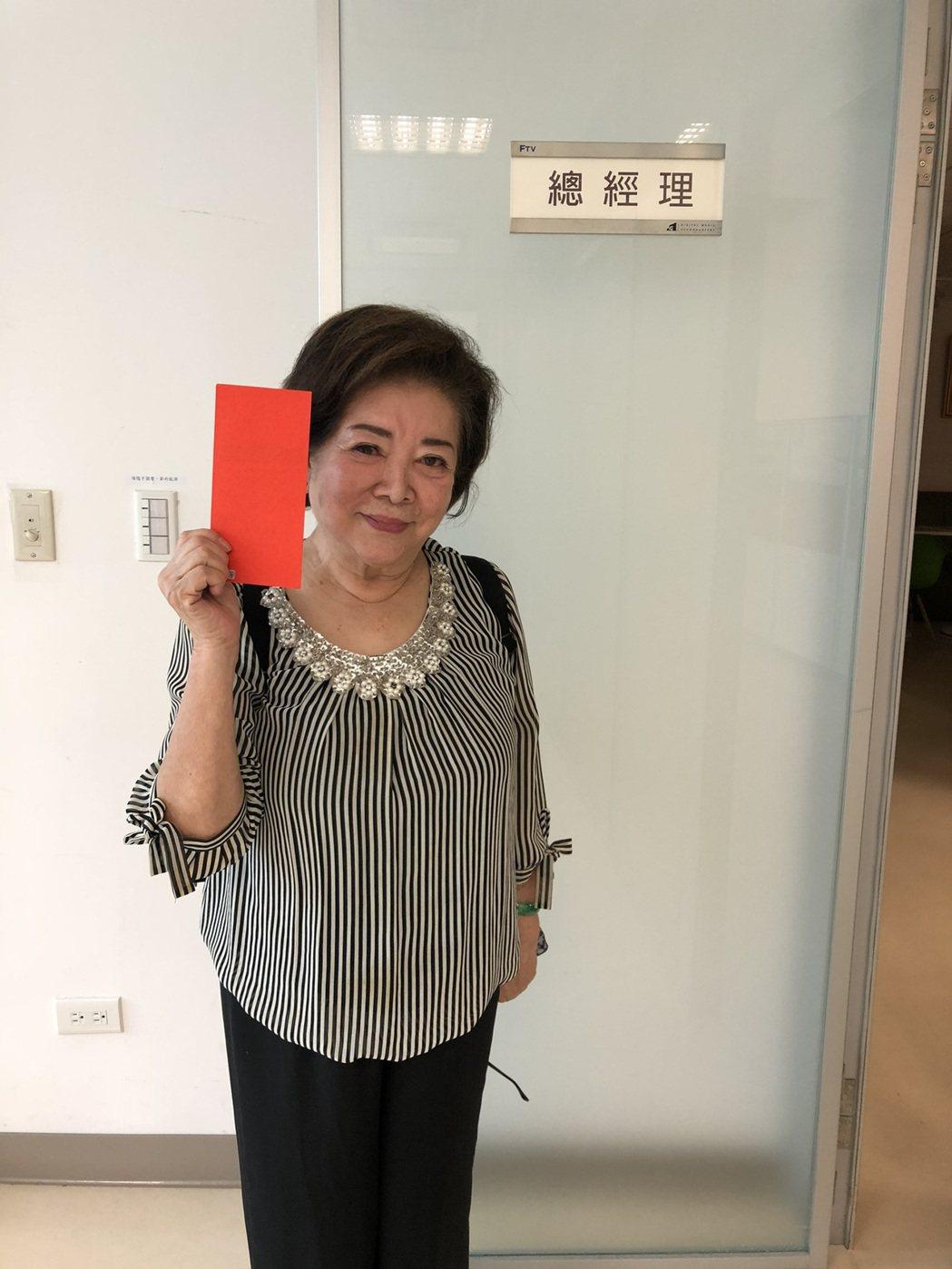 陳淑芳回民視發電影票。圖/民視提供