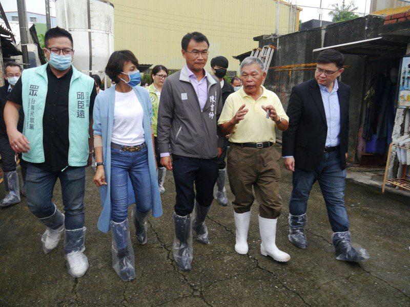 農委會主委陳吉仲(右三)今天到高雄參訪養豬場,並與農民交換意見。記者徐白櫻/攝影