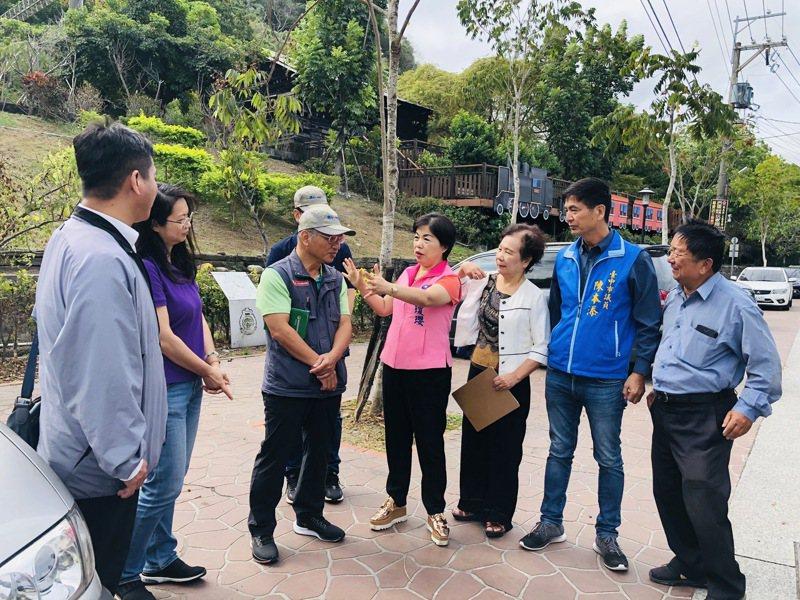 立委楊瓊瓔和水保局今天到后里區仁里里農路,和泰安社區多處農村再生工程會勘。圖/立委楊瓊瓔服務處提供