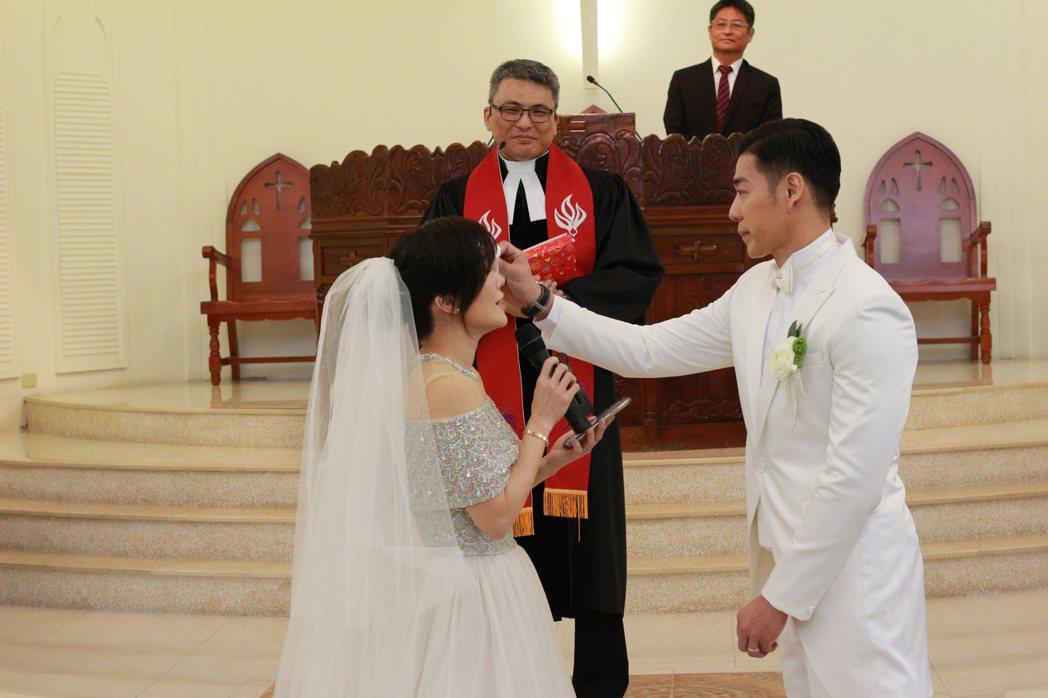 台北市立大學運動藝術學系教授兼系主任王家玄(右)替婚禮上親吻知名舞蹈藝術家、藝人
