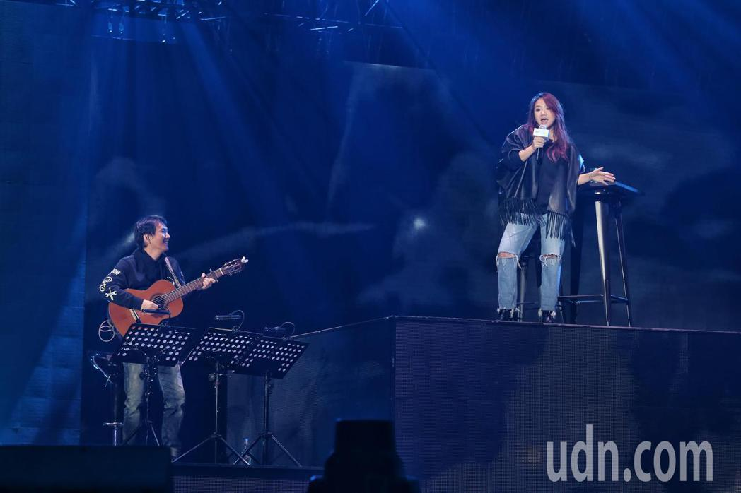 陶晶瑩為雙11PChome來了演唱會總彩排,獻唱經典組曲,以不插電方式展示實力唱...