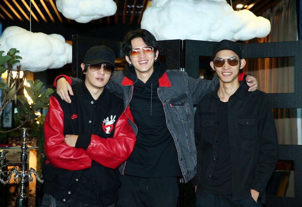 阿滾(左起)率主唱阿古、貝斯手偉傑合組「眼鏡俠」樂團。記者余承翰/攝影