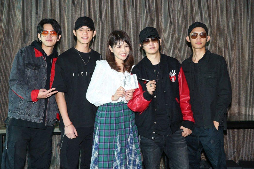 「眼鏡俠」樂團邀來林葉亭(中)、邱以太(左二)母子合拍MV。記者余承翰/攝影