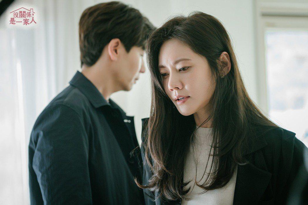 韓女星秋瓷炫在「沒關係是一家人」戲中,飾演看似冷漠卻又深愛一家人的大姐角色。圖/...
