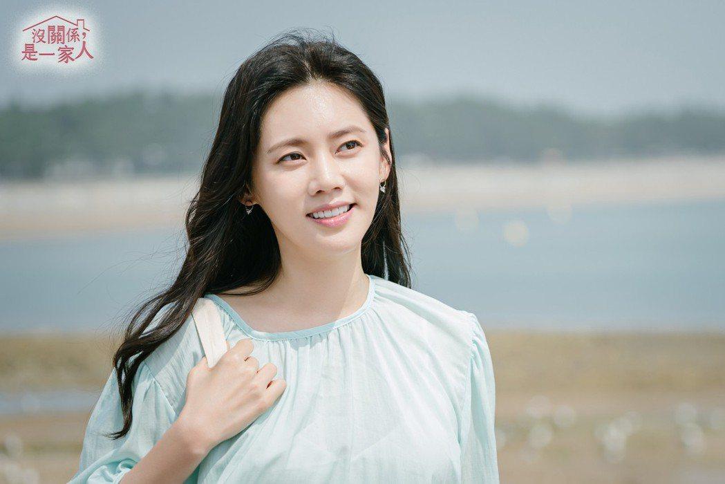 韓女星秋瓷炫在「沒關係是一家人」戲中,飾演看似冷漠卻又深愛一家人的大姐角色。圖/
