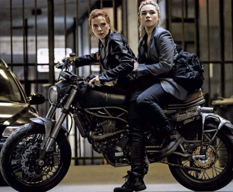 思嘉莉約翰森(左)與佛羅倫絲普伊在「黑寡婦」有複雜的糾葛。圖/摘自imdb