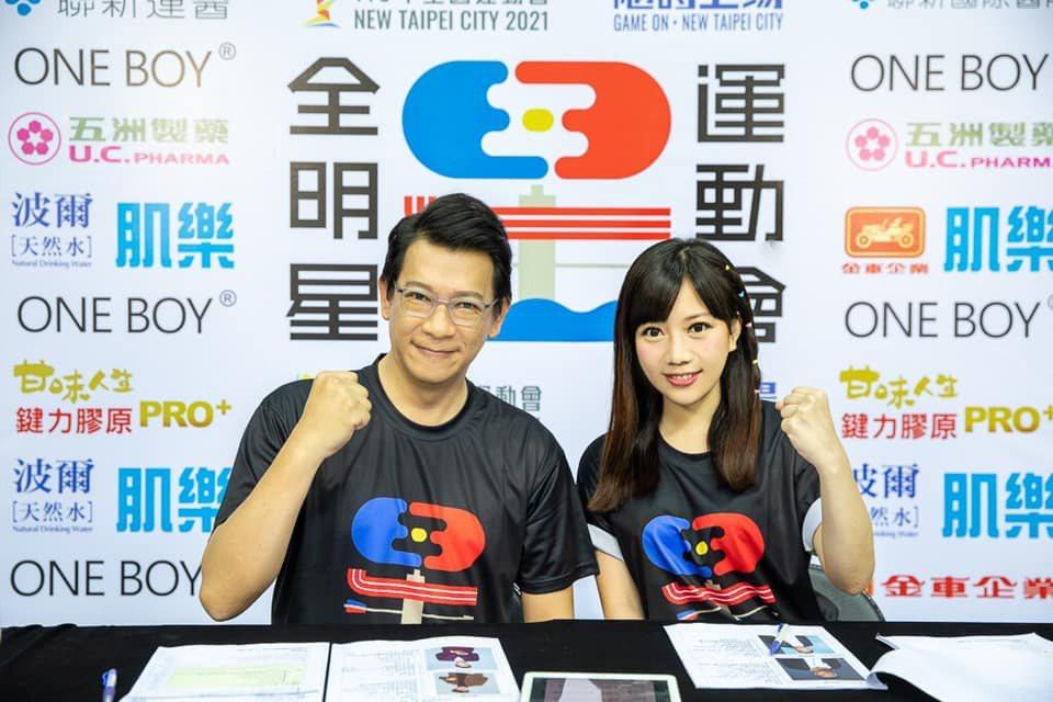 蔡尚樺(右)和徐展元(左)在「全明星運動會」負責播報賽事。圖/摘自臉書