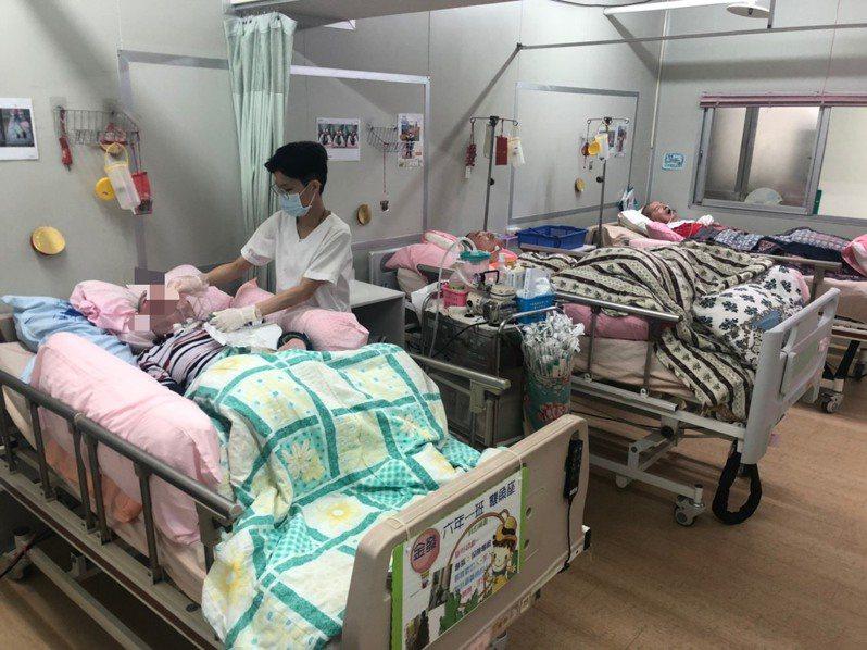 創世基金會嘉義分院只有廿二個床位都已滿床,還有十四名家屬苦等床位。記者李承穎/攝影
