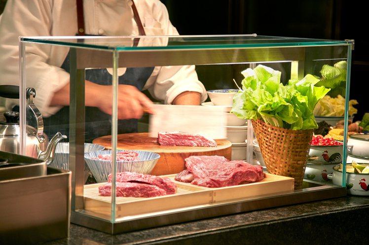 使用芸彰牧場台灣牛的手沖牛肉湯。圖/台北喜來登提供