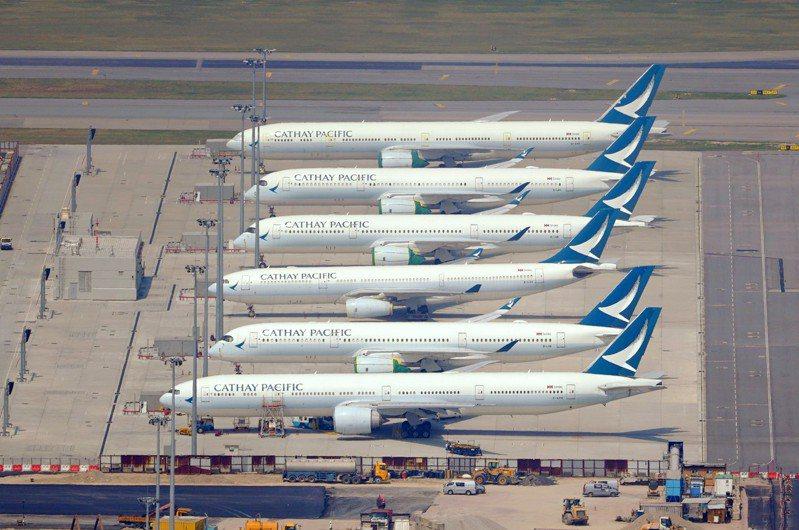 國泰航空主席賀以禮11月9日在香港立法會表示,估計航空業可以在明年下半年復甦,不需進一步資本重組和裁員。圖為停泊香港機場的國泰航空客機。(中新社資料照片)