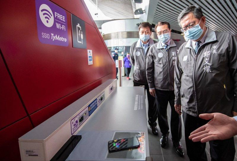 桃園市長鄭文燦(右一)到機場捷運A18站了解無線充電服務。圖/桃園市政府新聞處提供