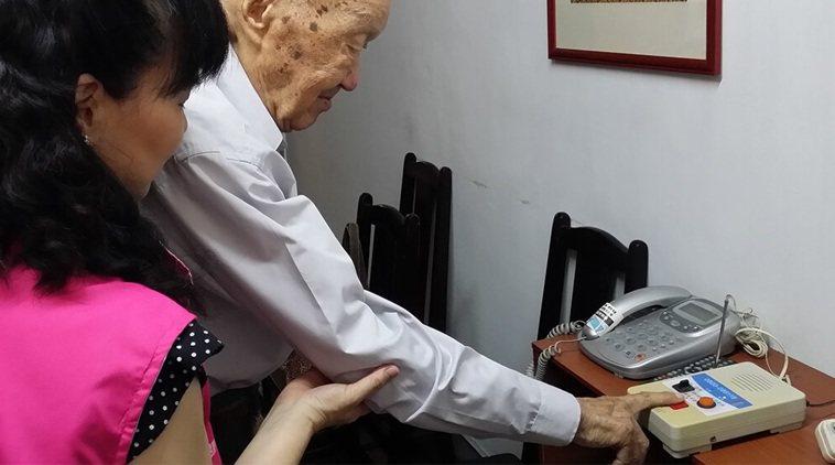 新北獨居長輩緊急救援服務,會在長者家中設通報機器與隨身按鈕。圖/新北社會局提供