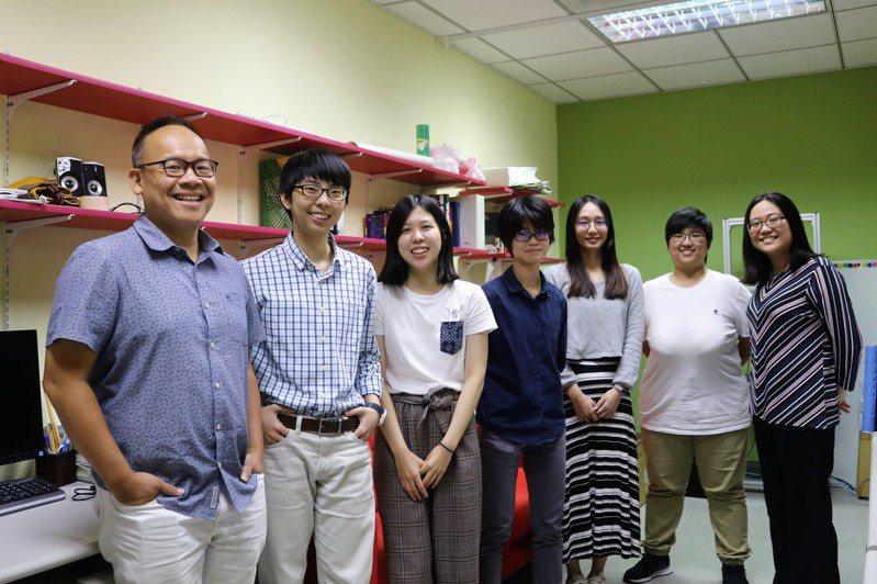 吳仕煒(左一)帶領的陽明大學神經科學研究所找到「快思慢想」的腦神經運作機制。圖/陽明大學提供