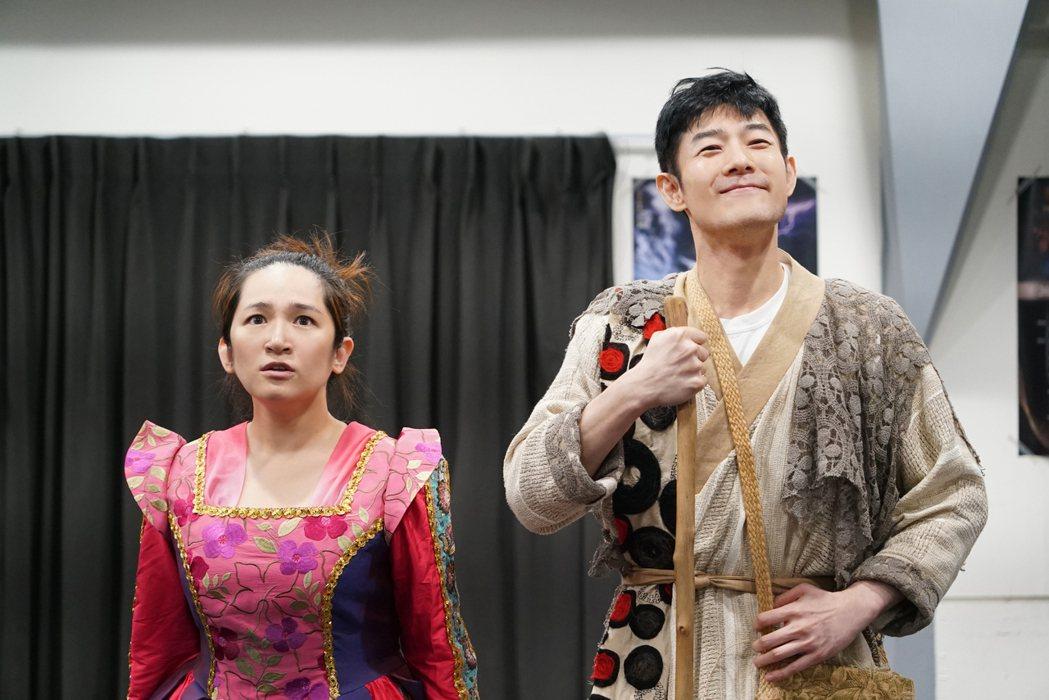 羅美玲(左)在舞台劇「大寶神珠」出宮尋找命定的男人施易男。圖/夢蓮花文藝基金會提