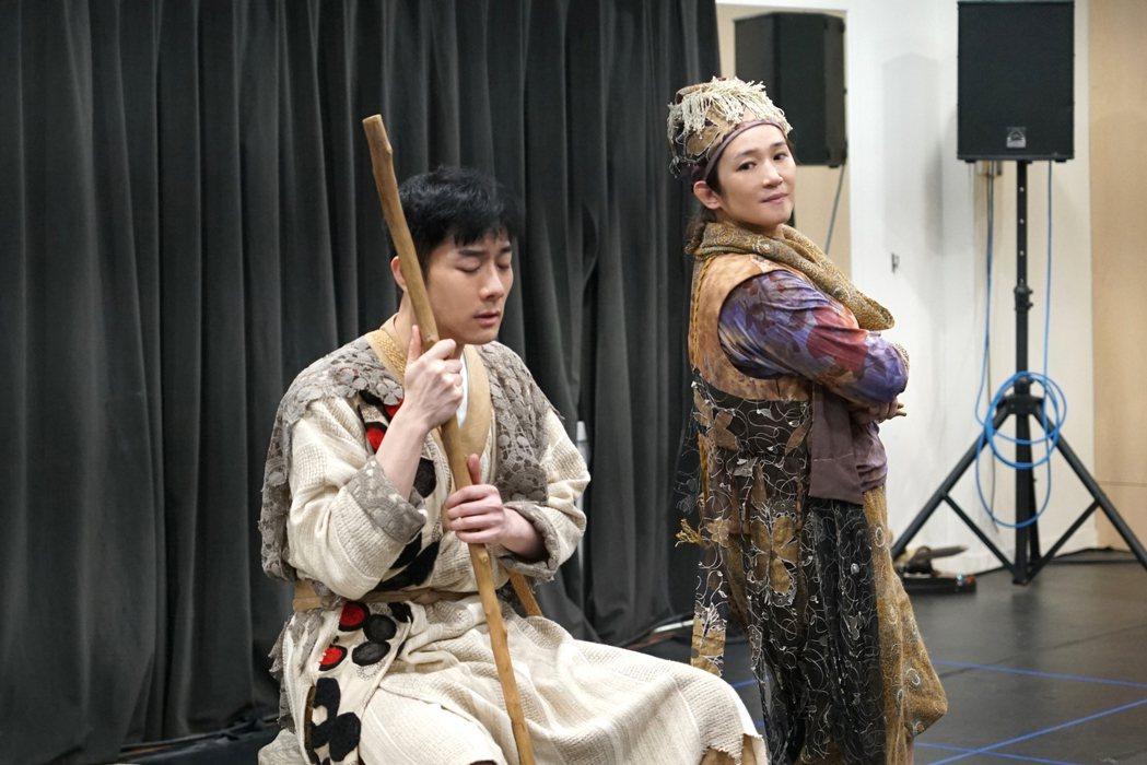 羅美玲(右)與施易男在「大寶神珠」中詮釋乞丐。圖/夢蓮花文藝基金會提供