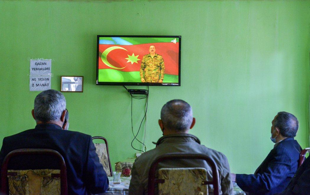 圖為11月9日,亞塞拜然民眾在巴爾達區(Barda)一間茶屋,聆聽總統阿利耶夫宣...