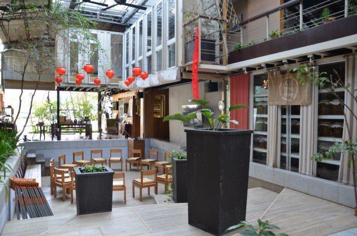 由貨櫃屋、釣蝦場等二手材料改建的綠色空間。 攝影/陳明萱
