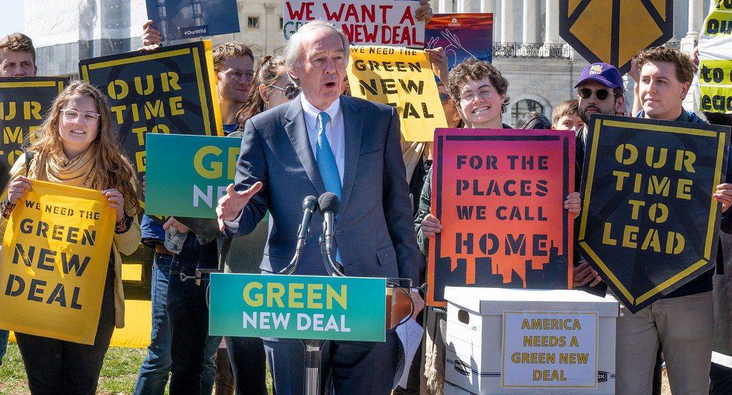 2019年民主黨人科爾特斯和馬基(發言者)重新提出綠色新政。 圖/Victo...