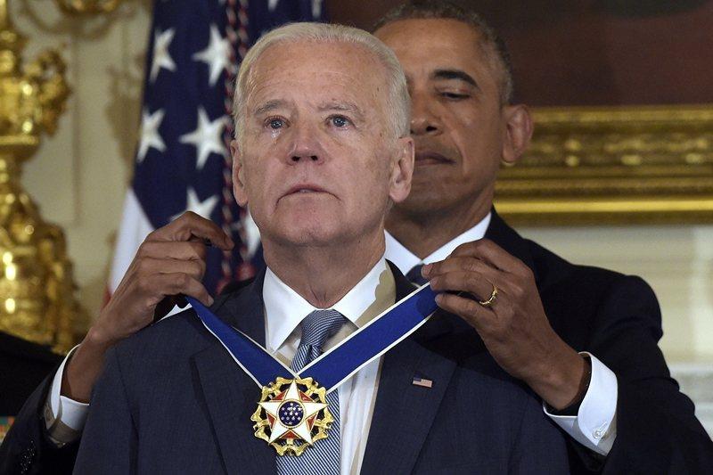 外界普遍認為,拜登將重返歐巴馬時代的領導作風。圖為2017年歐巴馬頒「總統自由勳章」予拜登。 圖/美聯社