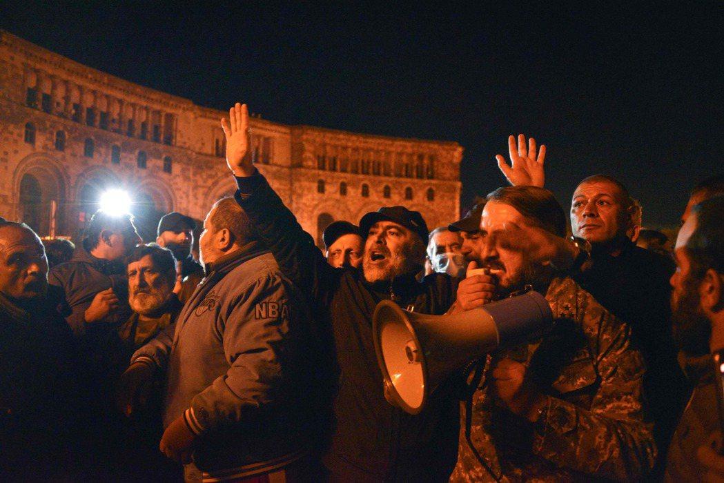 相較於亞塞拜然正在大肆慶祝勝利,在亞美尼亞方,悲情與憤怒的複雜情緒,卻掀起了嚴重...