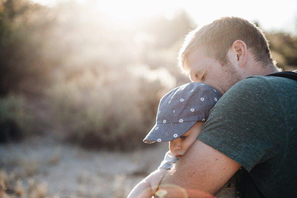 親將自己內斂的情感,用每一個實實在在的行動,默默關注與關心著兒女的成長,表達出對...