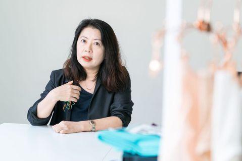 49歲的張倞菱,在時尚產業工作將近30年。44歲以前,她是時尚雜誌《Bella儂...