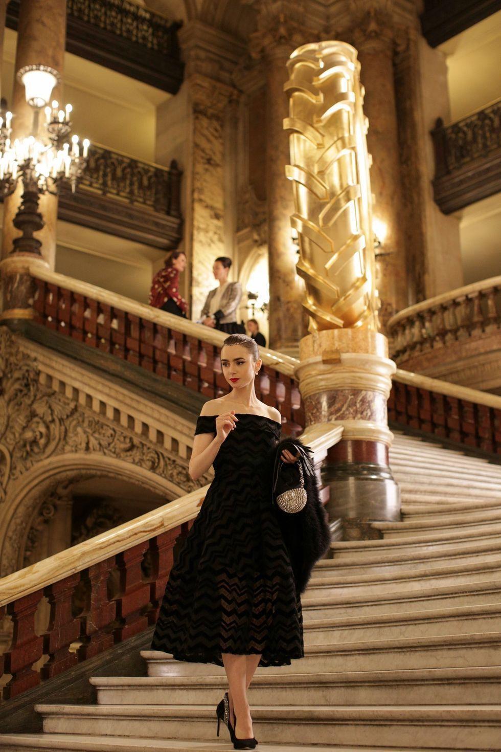 《艾蜜莉在巴黎》藉女主角的神似重現傳奇女星奧黛麗赫本。 圖/Netflix