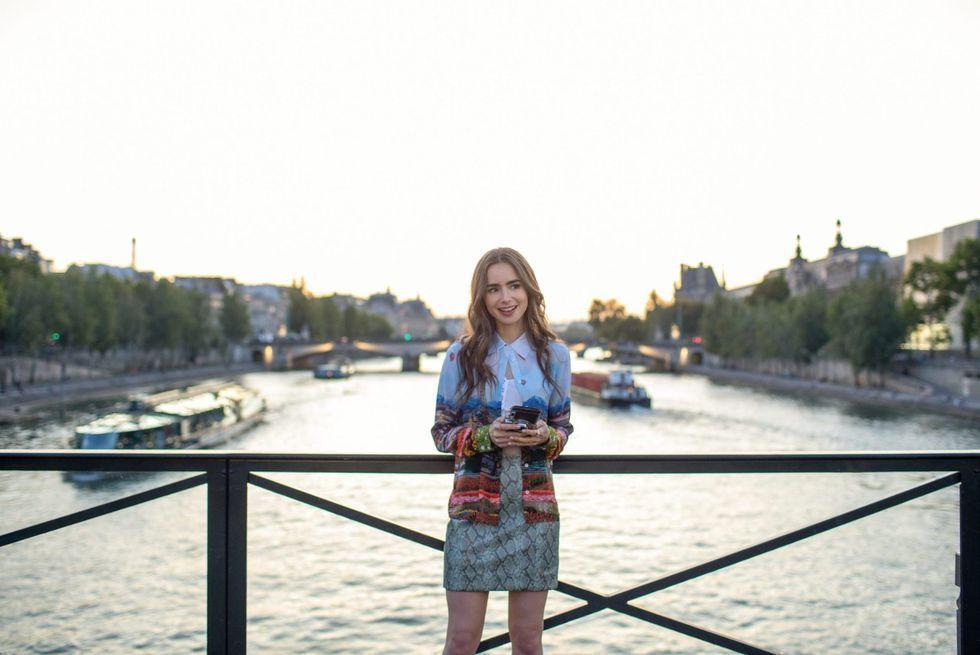 艾蜜莉穿著如明信片印有巴黎塞納河畔風景的洋裝,之後被譏為鄉巴佬。 圖/Netfl...