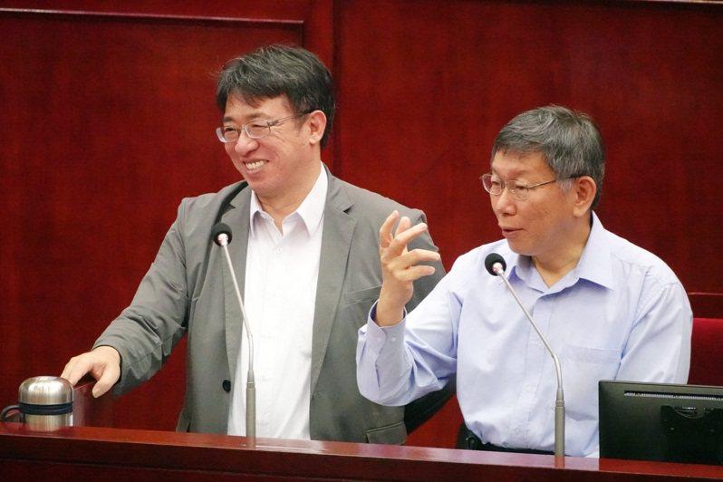 台北市長柯文哲(右)下午在議會接受質詢。記者曾吉松/攝影