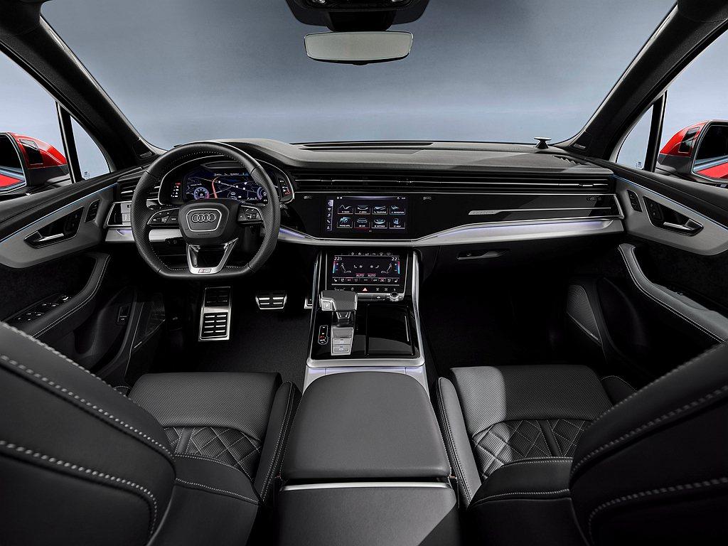 小改款Audi Q7的新世代智慧駕駛座艙結合全新數位化操作介面,透過兩組可提供觸...