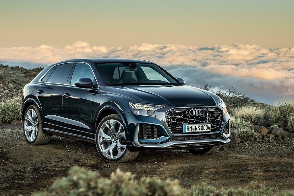 Audi RS Q8不僅擁有如Coupe跑車般動感優雅的流線造型,更具備SUV休...