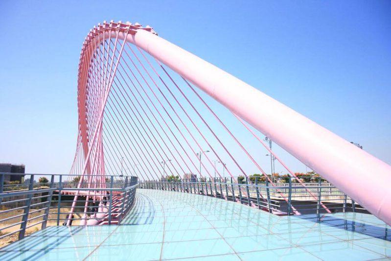 台中市大坑情人橋因粉紅色斜張橋、玻璃材質橋面聞名,吸引遊客打卡浪漫遊。圖/台中市政府提供