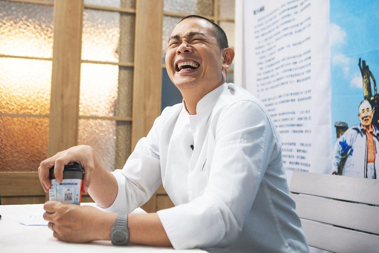 江振誠笑著說,若自己真的七老八十,他希望自己可以像爸爸一樣「當個閒雲野鶴」 攝影...