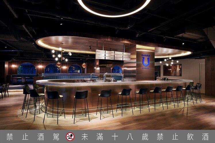柏克金啤酒餐廳帶有美型的高腳吧檯,為約會、聚餐添增質感氣氛。