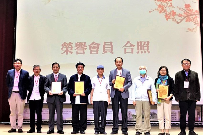 黃光國教授頒發榮譽會員金質證書給六位學者專家。 中華本土社會科學會/提供