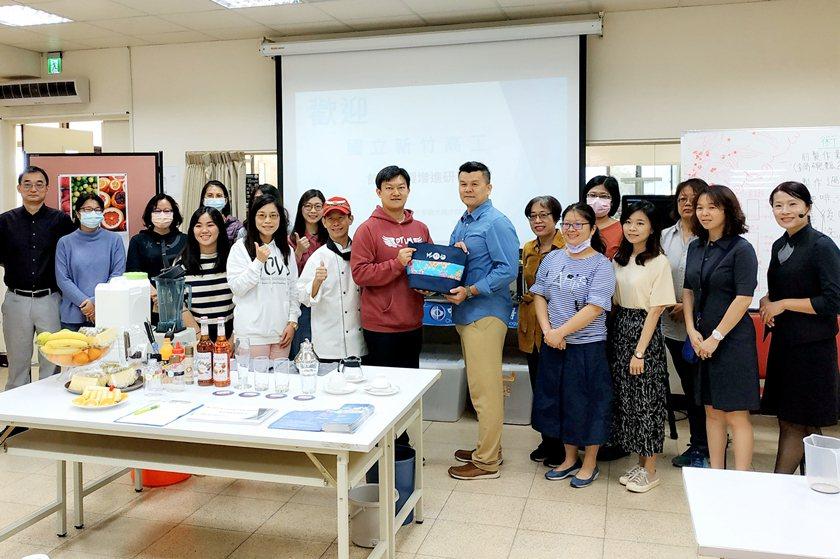 中國科大觀管系主任羅旭壯與新竹高工全體研習教師合影。 中國科大/提供
