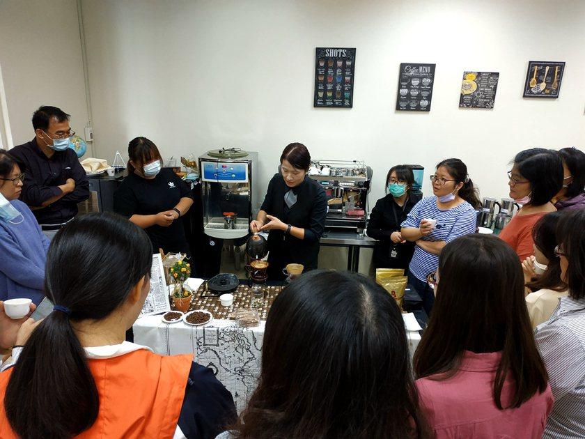 飲料調製手沖咖啡示範操作。 中國科大/提供